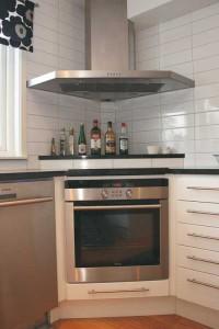 Vitt kök med stenbänkskiva
